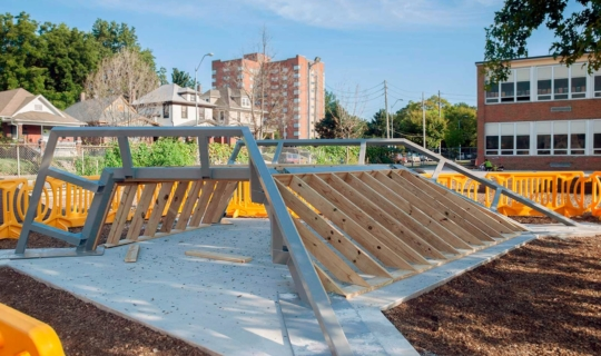 Installers add plywood ribs to the Zahner-manufactured structure.