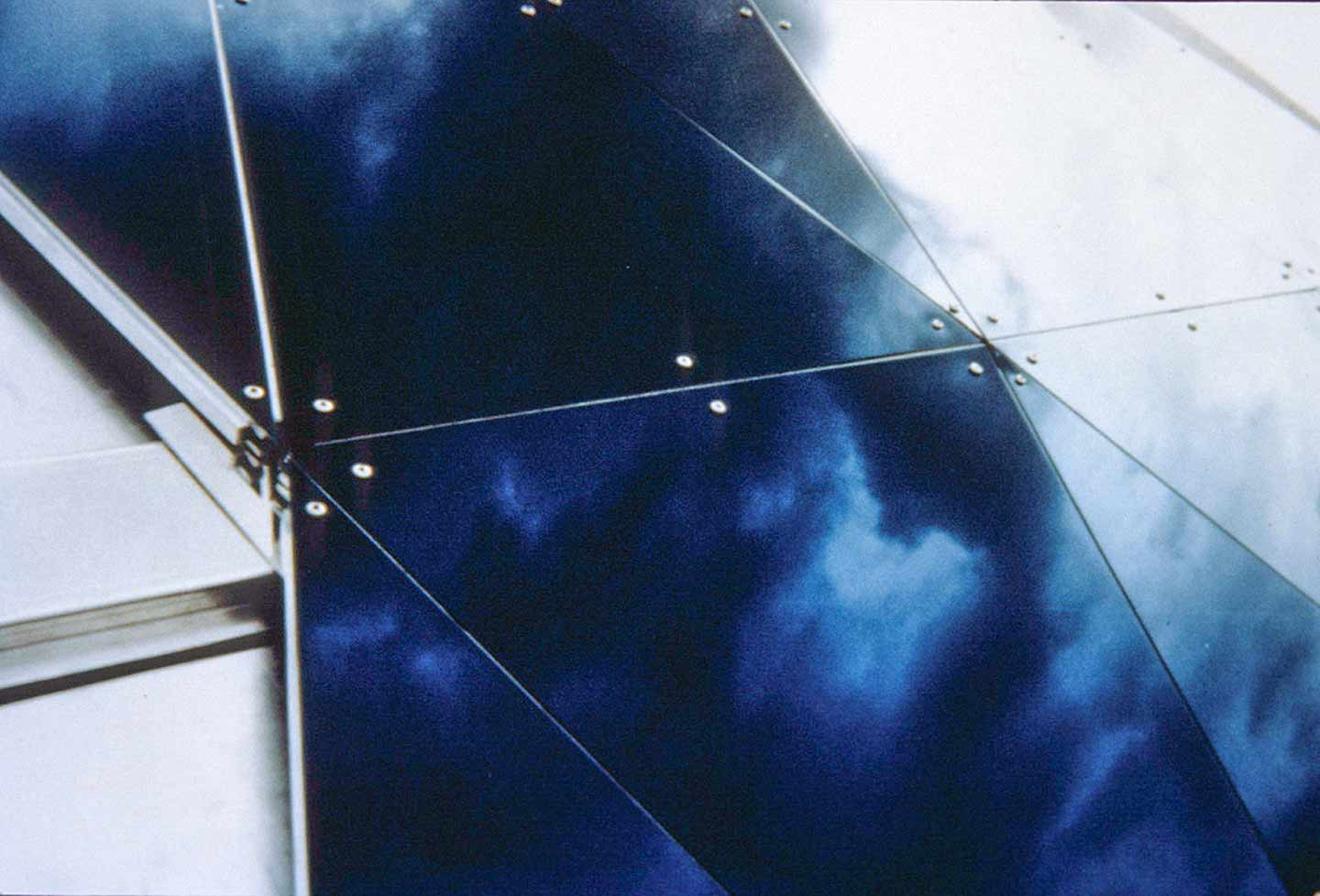 Detail of the MOSI dual curvature roof panel system during installation.